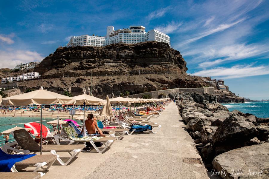 Playa de Amadores, cypelek z widokiem na hotel