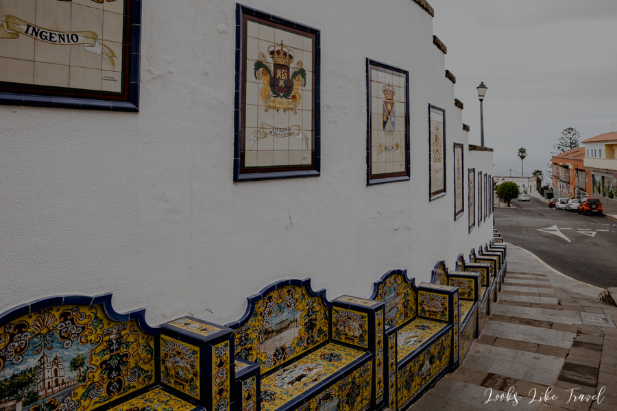 azulejos and stone benches in Firgas