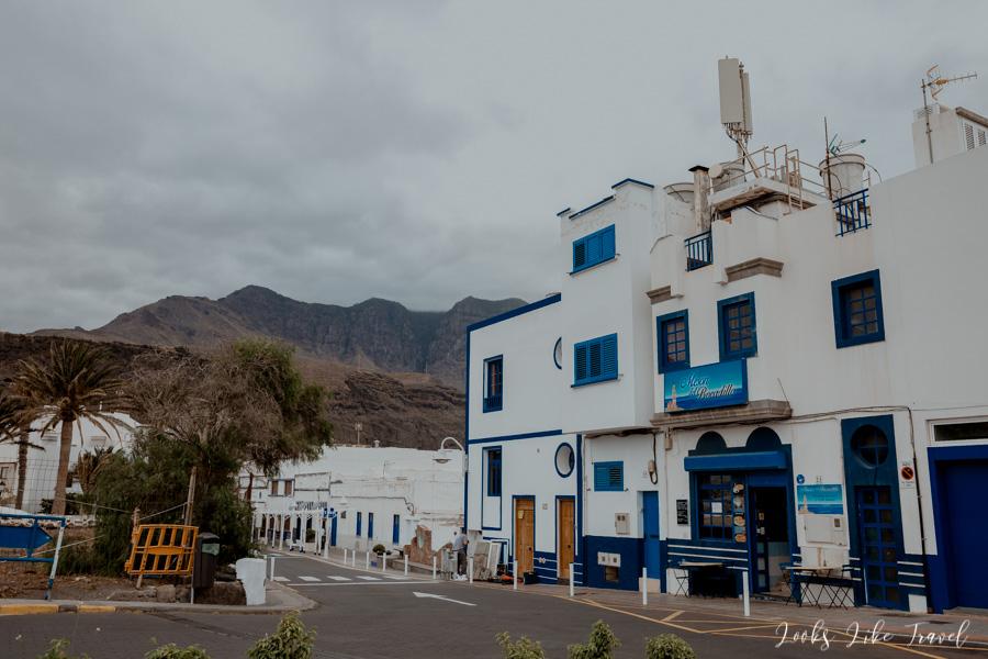 Puerto de Las Nieves- niebieskie domki