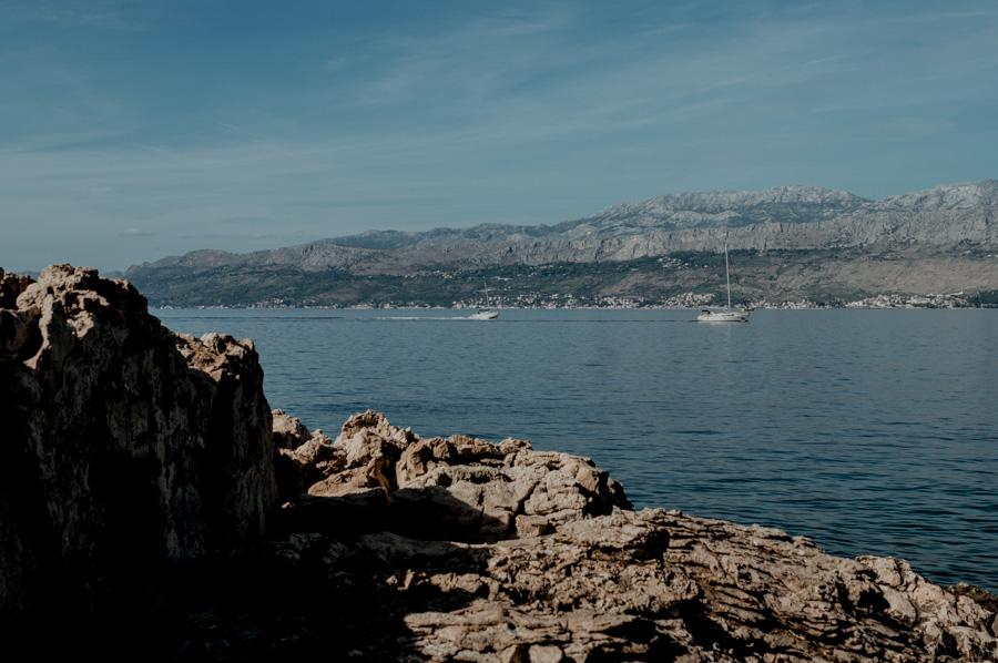 Postira, plażowanie na skałach