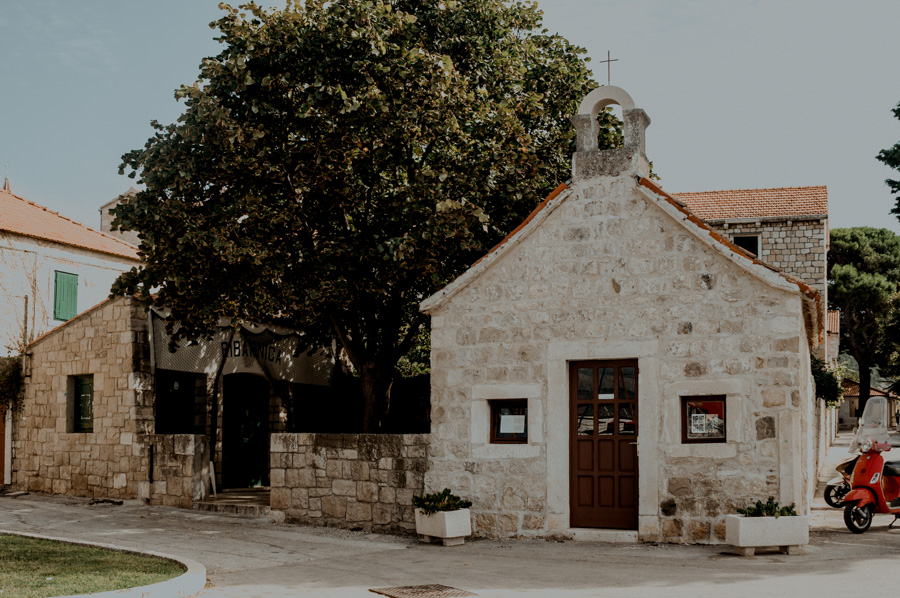 Postira, mały kościół