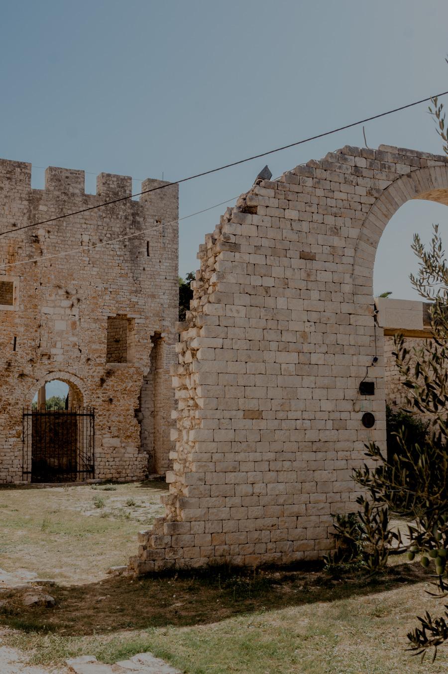Povlja kościół ruiny